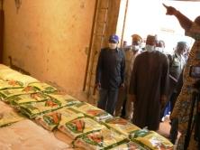 Foto (c) lejalon.com 2020/05: Le-Premier-ministre-Boubou-Cissé-en-visite-dans-un-magazin-de-stock-des-dons-avec-Kassoum-Dénon